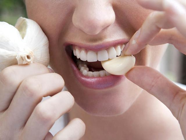 Инструкция: как избавиться от запаха чеснока и лука изо рта